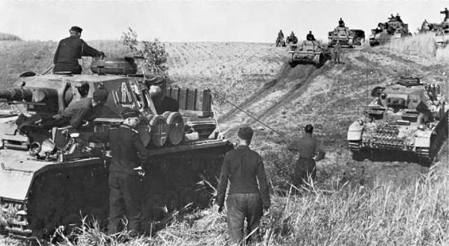 Танковая колонна в степях Украины. Июнь 1941 года. На переднем плане — Pz.IV Ausf.E.