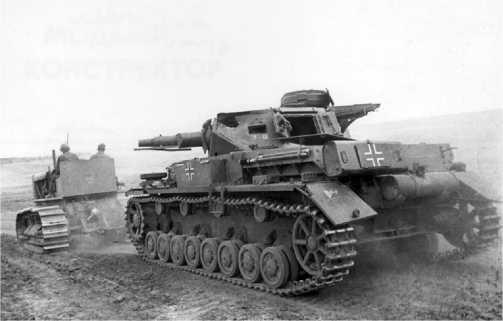 На переплавку! Трофейная команда вытаскивает с поля боя подбитый Pz.IV Ausf.F1.