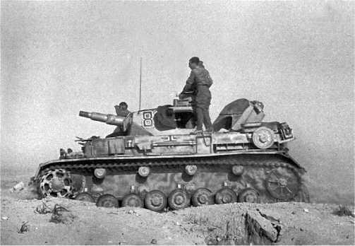 Танк Pz.IV Ausf.E из состава 21-й танковой дивизии Африканского корпуса в атаке. 1942 год.
