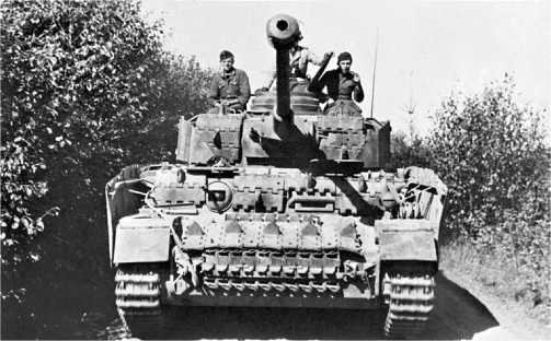 Pz.IV Ausf.H совершает марш во время операции «Цитадель», июль 1943 года. Лобовые детали башни и корпуса дополнительно защищены не только штатными немецкими траками, но и трофейными — от Т-34.