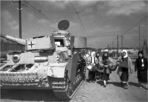 Крестьянки проходят мимо подбитого танка Pz.IV Ausf.J. Буковина, 1944 год.