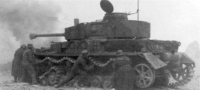 Экипаж танка Pz.IV Ausf.H пытается натянуть разорванную гусеницу. Франция, 1944 год.