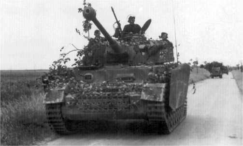 Pz.IV Ausf.H из состава 12-й танковой дивизии СС «Гитлерюгенд» совершает марш к линии фронта. Нормандия, июнь 1944 года.