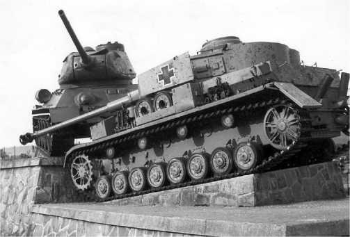 Памятник на Дуклинском перевале, Словакия. В реальной жизни эти две машины не могли встретиться на полях Второй мировой войны: Pz.IV Ausf.J, прошедший послевоенную модернизацию в Чехословакии, и Т-34-85 послевоенного выпуска.