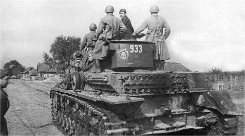 Бойцы Красной Армии осваивают трофейный танк Pz.IV Ausf. D. На ящике для снаряжения хорошо видны эмблема 18-й <a href='https://arsenal-info.ru/b/book/1627328415/38' target='_self'>танковой дивизии</a> и полковой значок 18-го танкового полка. Западный фронт, сентябрь 1941 года.