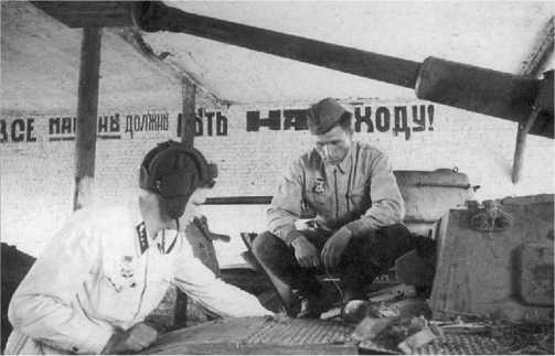 Мастерские одного из ремонтно-восстановительных батальонов Западного фронта, сентябрь 1942 года. Советские ремонтники осматривают трофейный Pz.IV Ausf.F2.