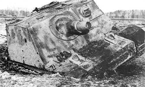 Штурмовой танк «Бруммбер», застрявший в болоте и брошенный своим экипажем. 2-й Белорусский фронт, полоса наступления 3-й армии, февраль 1945 года.