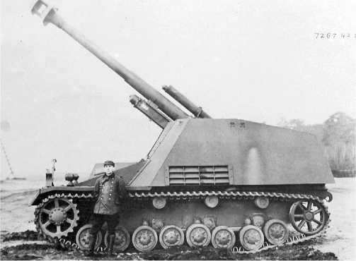 Прототип самоходной гаубицы «Хуммель». Эта машина имела стандартное танковое шасси Pz.IV и дульный тормоз на стволе орудия.