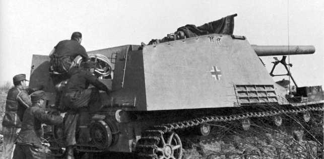 Расчет занимает места в боевом отделении САУ. Восточный фронт, 1944 год.