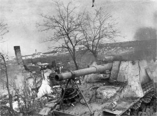 Разбитый «Хуммель» на окраине г. Каменец-Подольский. 1-й Украинский фронт, 1944 год.