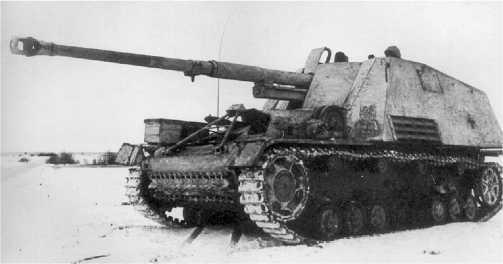 Истребитель танков «Насхорн» на <a href='https://arsenal-info.ru/b/book/2633435995/35' target='_self'>огневой позиции</a>. Восточный фронт, конец 1944 года.