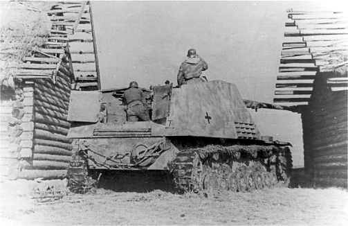 Главным недостатком «Насхорна» была большая высота, демаскировавшая самоходку. Эта машина занимает позицию под прикрытием двух изб. Восточный фронт, 1944 год.