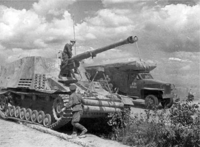 Советские офицеры осматривают оставшийся без топлива и брошенный экипажем «Насхорн». 1944 год.