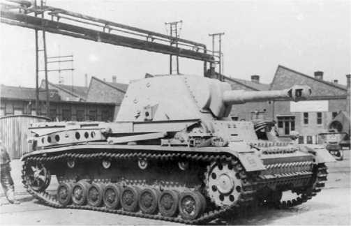105-мм самоходная гаубица Heuschrecke 10 во дворе завода фирмы Krupp.