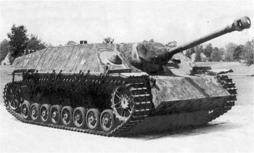 Истребитель танков Jagdpanzer IV. Это машина ранних выпусков с двумя амбразурами в лобовом листе рубки.