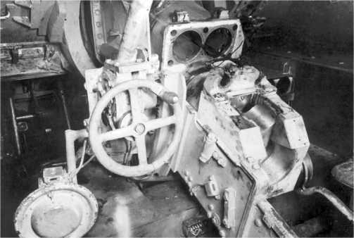 Казенная часть 75-мм пушки. Противооткатные устройства частично разобраны.
