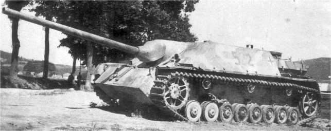 Panzer IV/70 поздних выпусков, о чем можно судить по двум передним необрезиненным опорным каткам.
