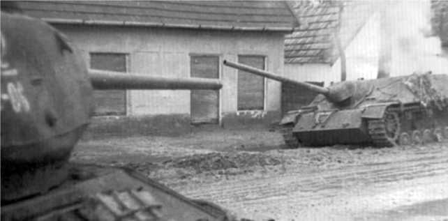 Горит подбитая САУ Panzer IV/70(V). Венгрия, март 1945 года.