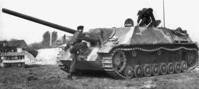 Канадские танкисты занимают места в трофейном Panzer IV/70(V). Снимок сделан во время испытаний немецкого истребителя танков на одном из канадских полигонов после окончания Второй мировой войны.