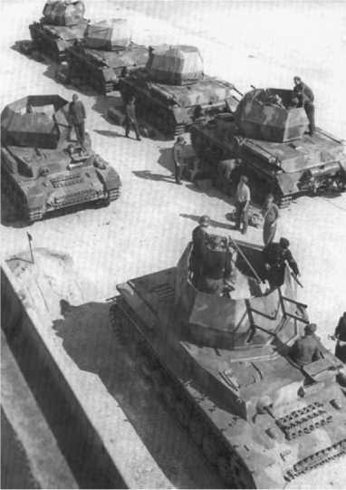 Серийные зенитные танки «Вирбельвинд» и первый образец ЗСУ «Оствинд» во дворе завода Ostbau-Sagan. 1944 год.