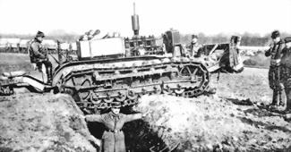 Испытания во французской армии трактора «Холт» с двигателем в 45 л.с. на преодоление рвов 21 февраля 1916г. (трактор дополнительно нагружен).