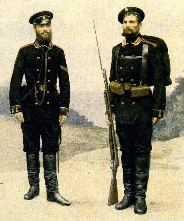 Боцман и матрос Гвардейского экипажа в строевой форме одежды. 1881–1892гг. Из собрания ЦВММ.