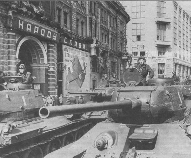Огнеметные танки TO-34-8S на ул.Горького в Москве перед первомайским парадом 1946 года