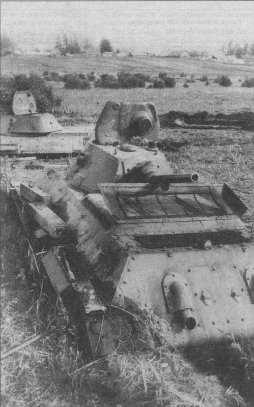 Завязший на заливном лугу и брошенный экипажем Т-34 довоенного выпуска. Западный фронт, июль 1941 года. Пойма р.Друть под Толочином