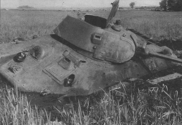 Еще один завязший в болотистой почве и не имеющий видимых боевых повреждений танк Т-34