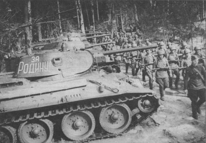 Танк Т-34 выпуска 1941 года с пушкой Ф-34. Хорошо видно, что только одна машина из пяти, стоящих в строю, оснащена радиостанцией. Август 1941 года