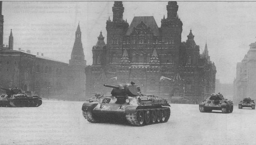 """""""Тридцатьчетверки"""" 33-й танковой бригады проходят по Красной площади. Москва, 7 ноября 1941 года"""
