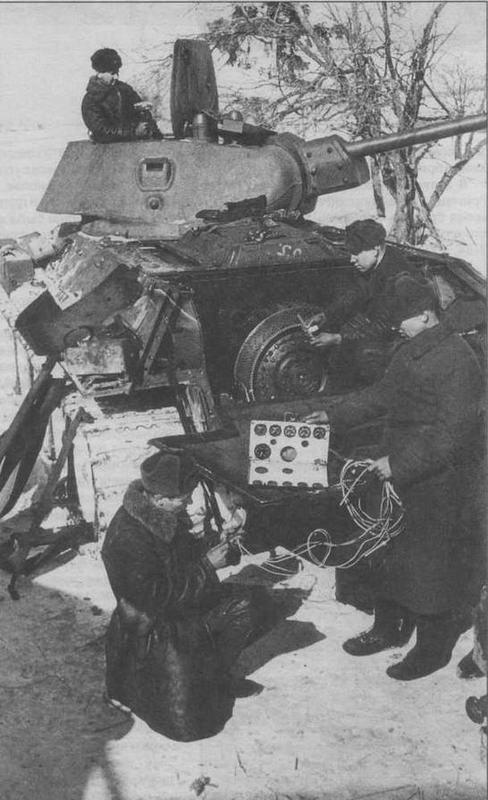 Ремонт танка Т-34 в полевых условиях. Январь 1942 года. У машины демонтирована коробка передач, хорошо виден главный фрикцион