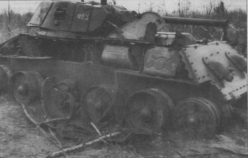 Один из недостатков компоновки танка Т-34— размещение топливных баков по бортам боевого отделения. Взрыв паров солярки был настолько сильным (взрывались только пустые баки), что оказался роковым для этого танка. У машины оторвало по сварке весь левый верхний бортовой лист корпуса