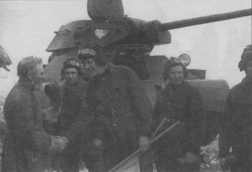 Танк Т-34 и его экипаж из состава 1-й польской танковой бригады имени Героев Вестерплатте. Зима 1943/44 года. Следует отметить, что основные специалисты — командиры машин (они же наводчики) и механики-водители были откомандированы в Войско Польское из Красной Армии
