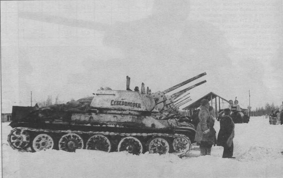 """Передача экипажам танковой колонны """"Североморец"""", построенной на средства моряков Северного флота. Зима 1944 года"""