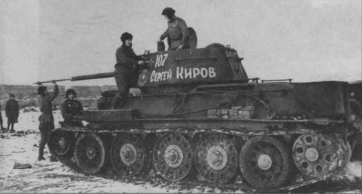 Экипаж готовит машину к боям. 30-я гвардейская танковая бригада, Ленинградский фронт, зима 1943 года