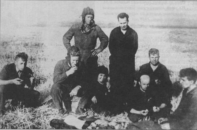 Группа конструкторов и водителей-испытателей завода № 183 во время испытаний новых танков. Стоит справа — М.И. Кошкин. 1939 год