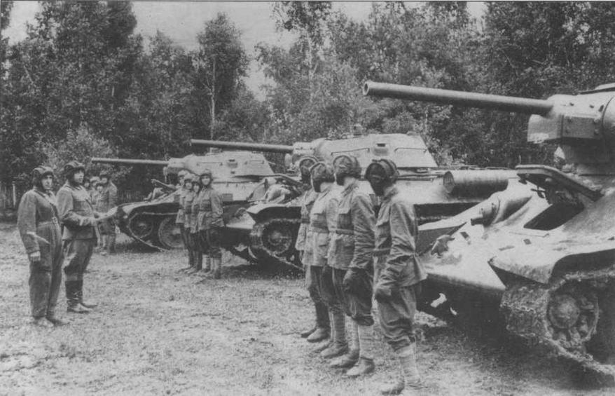 Экипажи югославского танкового полка, сформированного в СССР, получают боевую задачу, 1944 год