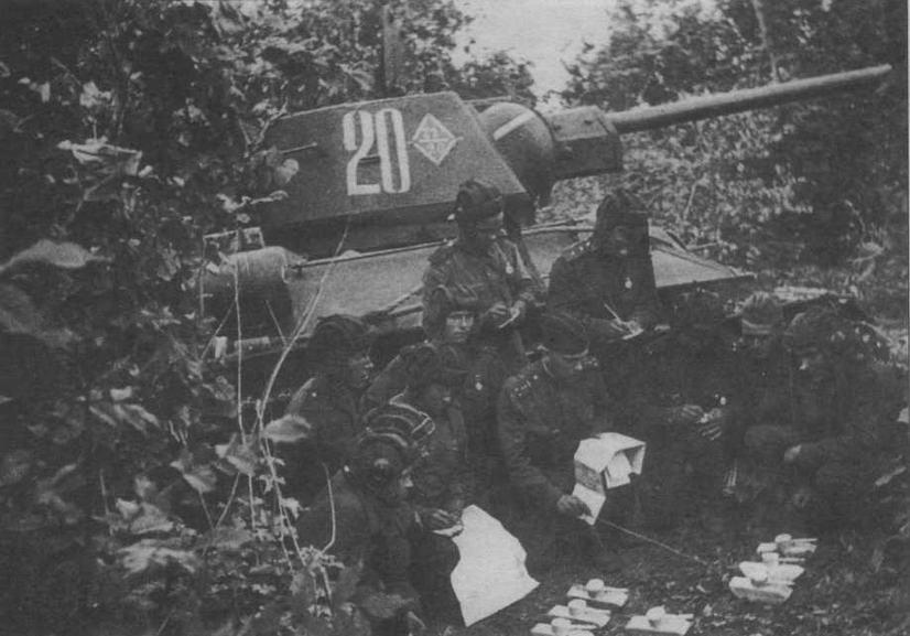 Командиры танков 22-й танковой бригады 6-го танкового корпуса получают боевое задание. Воронежский фронт, лето 1943 года
