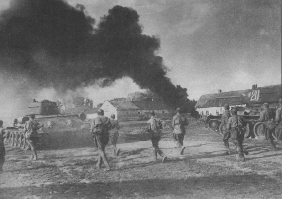 Тапки 22-й танковой бригады в сопровождении пехоты врываются в село. Воронежский фронт, 1943 год