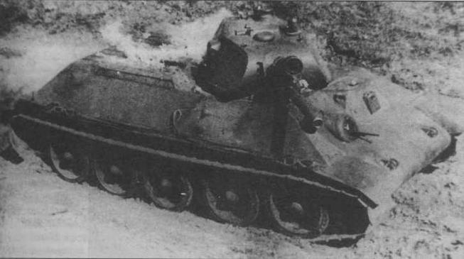 Второй опытный образец танка А-34 во время испытаний на пожароопасность. Весна 1940 года. Хорошо видна рубочка механика-водителя, имевшаяся только на этой машине