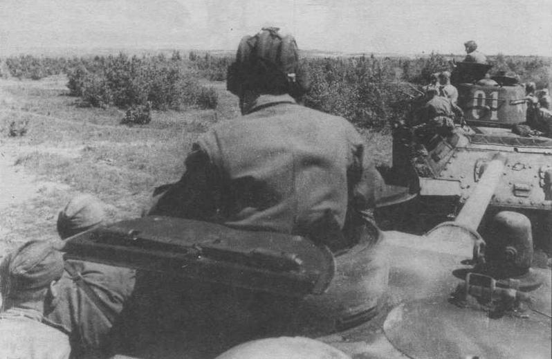 Танки 46-й Духовицкой механизированной бригады выдвигаются на передовые позиции. Июнь 1944 года