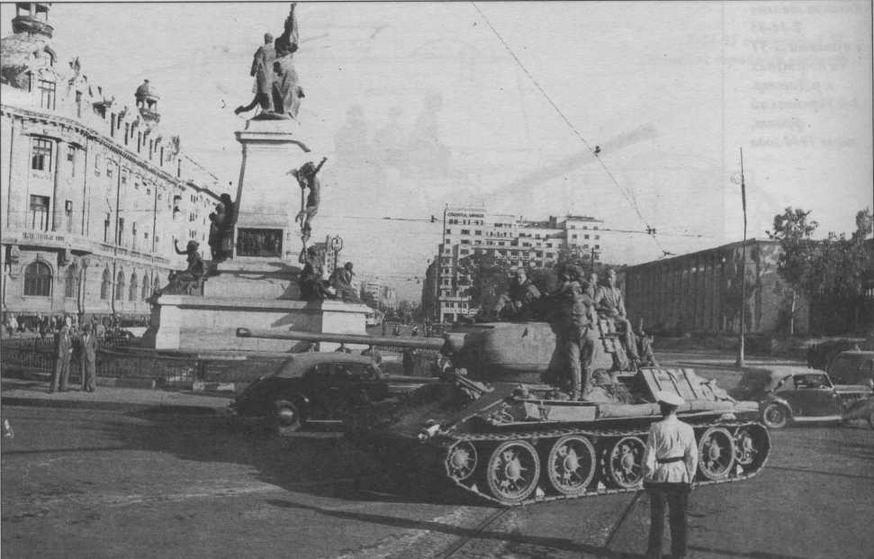 Советские танки в Бухаресте, лето 1944 года. На этом Т-34-85 установлены литые опорные катки раннего типа. На третьем катке отсутствует резиновый бандаж