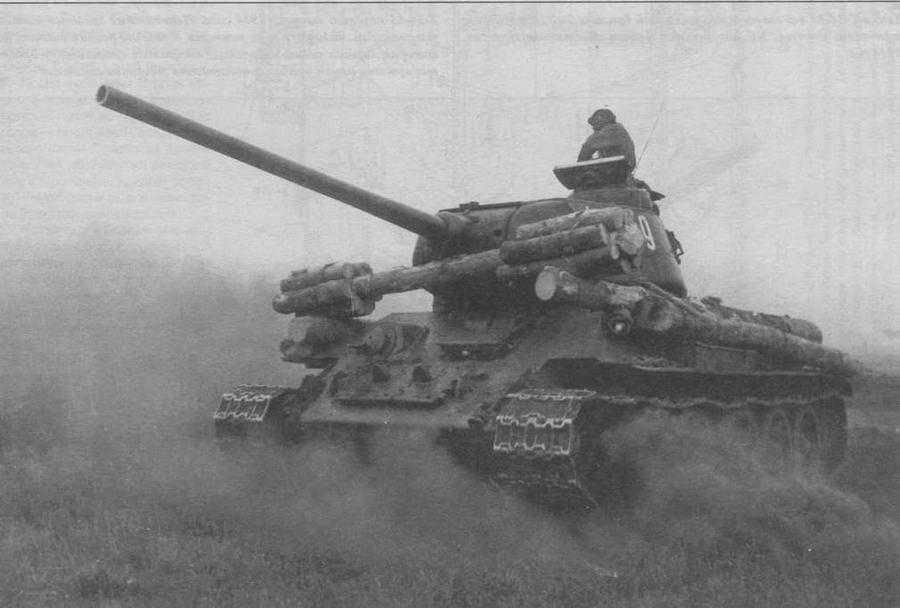 Танк Т-34-85 с самодельной деревянной фашиной. Обращает на себя внимание приоткрытый люк механика-водителя. С открытым люком часто ходили даже в атаку, причем на поражаемости танков это почти не сказывалось (попадание снаряда в закрытый люк все равно приводило к гибели механика-водителя), зато резко улучшало обзор