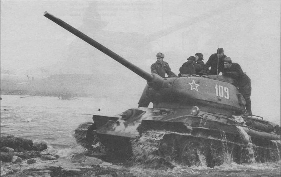 """Т-34-85 позднего выпуска 1944 года. Нештатные грязевые щитки установлены, видимо, в ходе ремонта. Довольно редкий снимок, на котором хорошо видны полностью открытые """"ресницы"""" — броневые крышки призм приборов наблюдения механика-водителя"""
