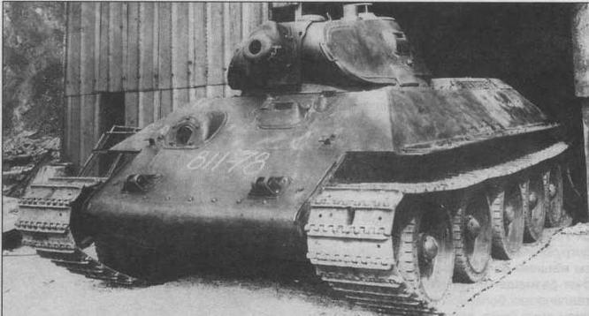 Один из первых серийных танков Т-34. На этой машине еще отсутствуют защитные планки по периметру водительского люка. 1940 год