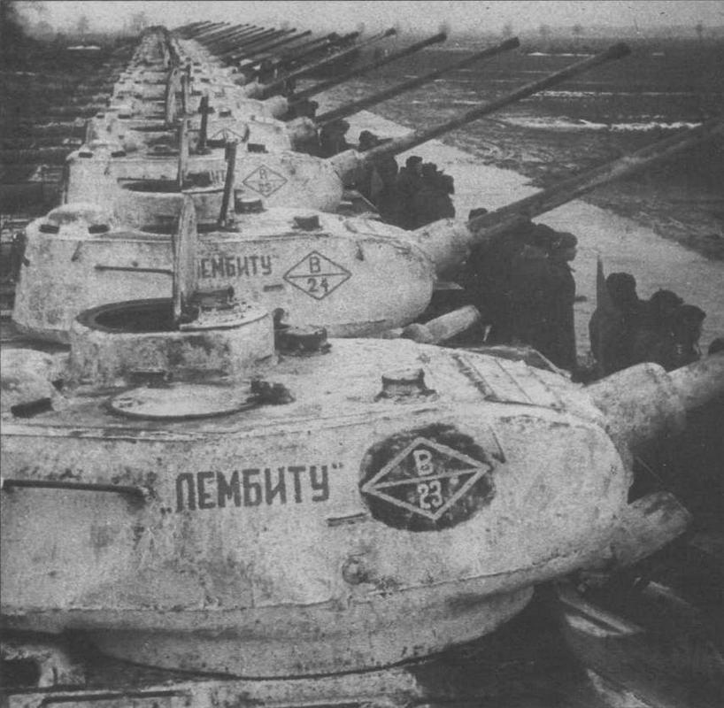 Передача Красной Армии колонны танков, построенных на средства трудящихся Эстонской ССР. 51-й танковый полк, зима 1945 года. Обращает на себя внимание высокая командирская башенка цилиндрической формы, характерная для Т-34-85 ранних выпусков 1945 года