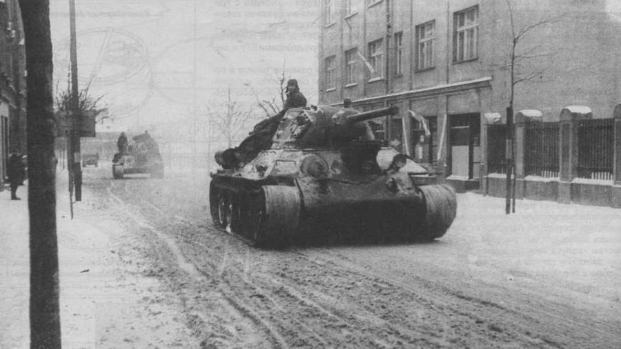 """Т-34 производства завода """"Красное Сормово"""" проходит по г. Ландсберг в провинции Бранденбург, Германия. 1-й Белорусский фронт, 21 февраля 1945 года"""