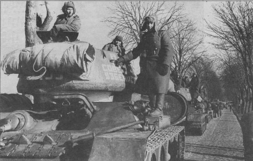 Танки Т-34-85 на марше. Берлинское направление, март 1945 года