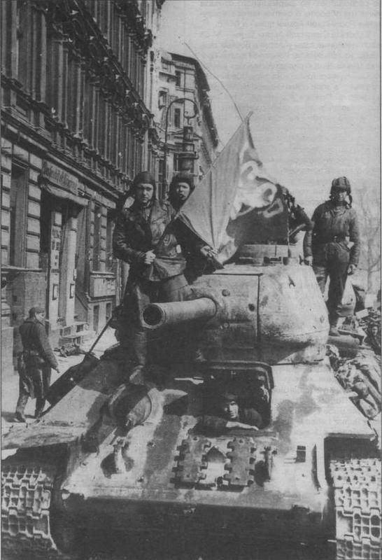 Т-34-85 в Берлине, май 1945 года. Машина поздних выпусков 1944 года с пушкой ЗИС-С-53 и креплением запасных траков на лобовой броне